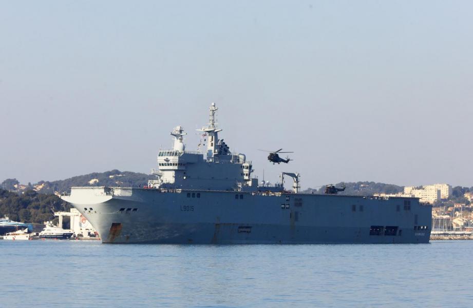 Le porte hélicoptères amphibie Dixmude.