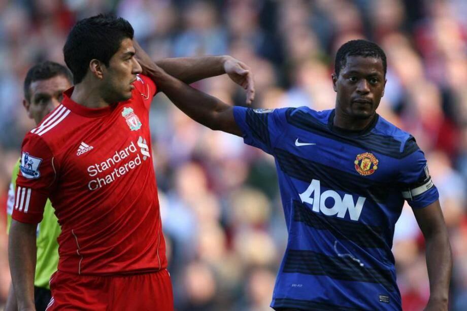 Lors de la rencontre Manchester United-Liverpool, Patrice Evra et Luis Suarez.