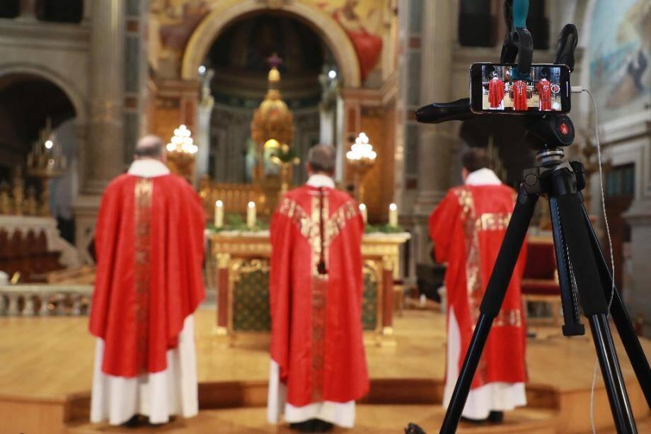 Messe retransmise via un smartphone dans l'église parisienne Saint-François-Xavier, le 4 avril 2020