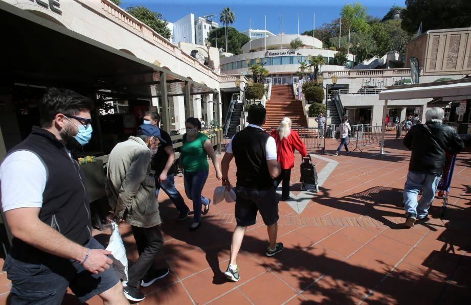 Du monde dans les rues, dans les allées du centre commercial, mais pas vraiment dans les boutiques. Pour Jean Castellini, c'est la reprise d'une vie normale qui se joue ces jours-ci à Monaco, avec la réouverture des commerces.
