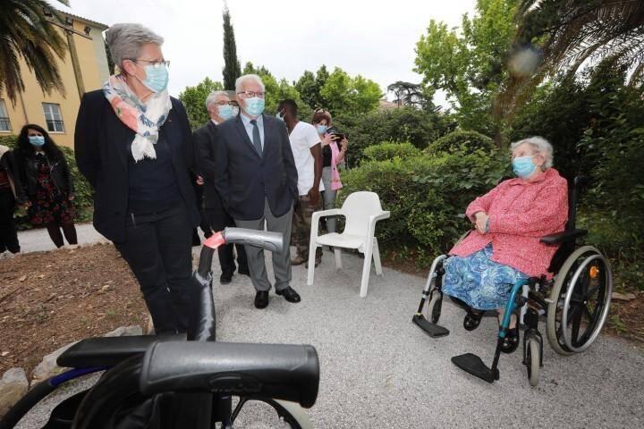 La secrétaire d'État auprès de la ministre des Armées au chevet des administrés de l'Ehpad Beauséjour à Hyères.