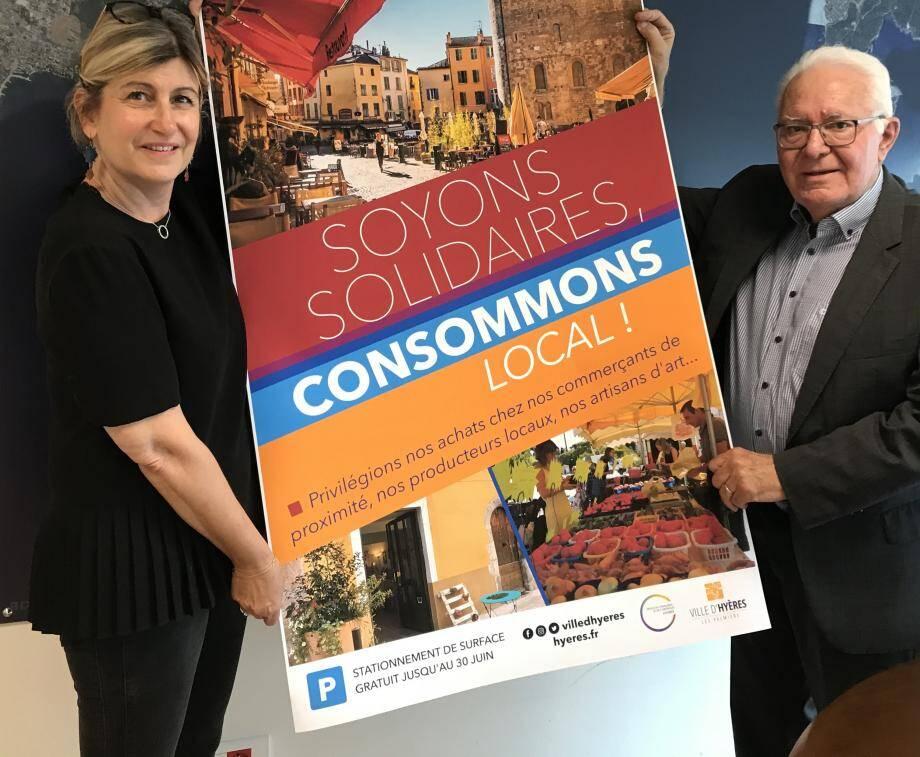 Véronique Bernardini, adjointe au maire, et Jean-Pierre Giran, premier magistrat, ont présenté ce lundi l'affiche de la campagne de communication incitant les Hyérois à consommer localement.