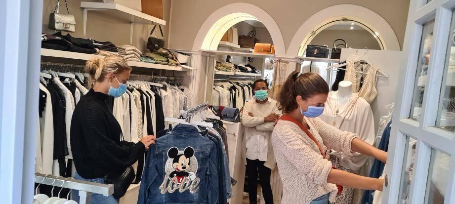 Dument masquées, Fanny et Lou ont pu enfin faire du shopping, tandis que Zolita veillait avec son défroisseur à vapeur!