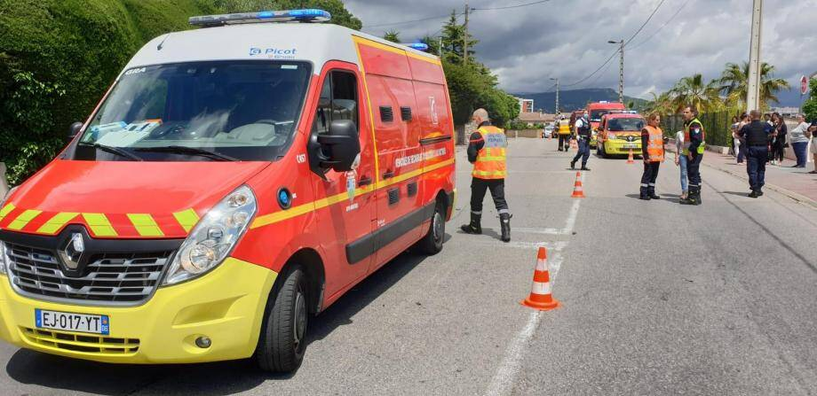 La conductrice de la voiture et le pilote du deux roues ont été transportés à l'hôpital de Grasse.