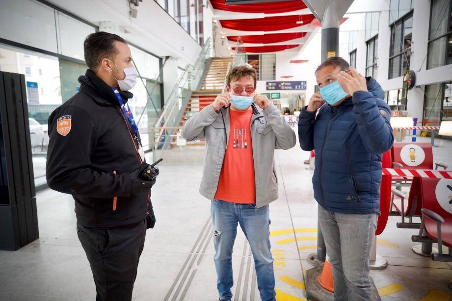 Les agents de sécurité de la gare SNCF de Cannes doivent rappeler constamment aux usagers de devoir mettre leur masque.