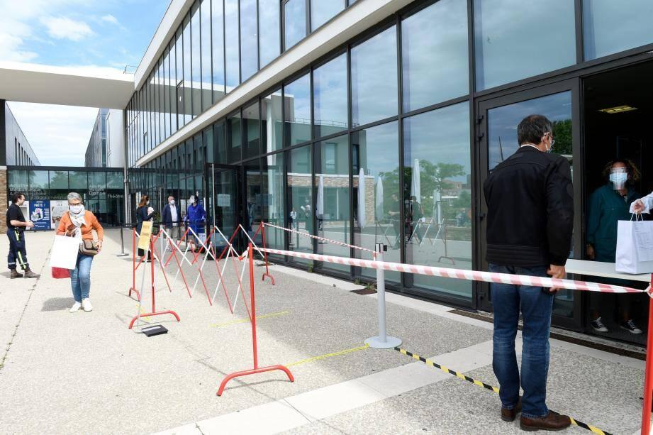 deux guichets sont mis en place à Draguignan, l'un pour les emprunts, l'autre pour les retours.