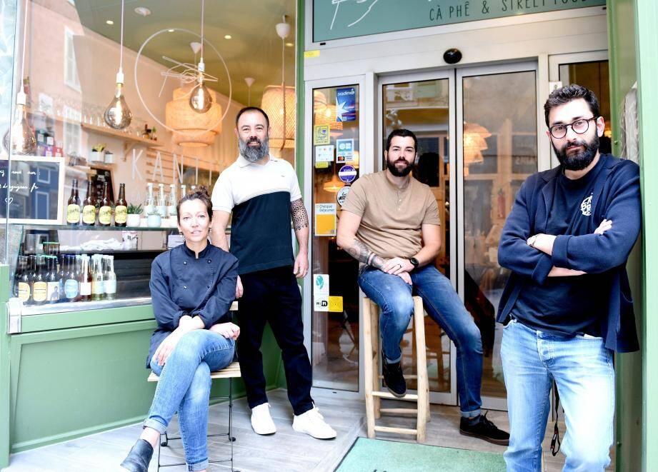 Entouré de son équipe, Christophe Hoarau, co-gérant de Kant.in (à droite) a fédéré plusieurs commerçants, dont Christina Rebuffel, gérante de l'Assistant Culinaire.