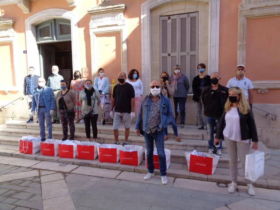 Lundi, de bon matin, la distribution a commencé à Saint-Tropez.