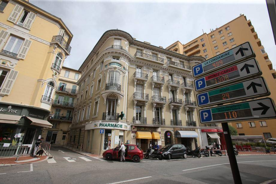 Tom et Alex vivent à la frontière. Ici, ils sont à Monaco. Dans la rue en face, chez eux, ils sont à Beausoleil. Ils cumulent déjà quatre PV.