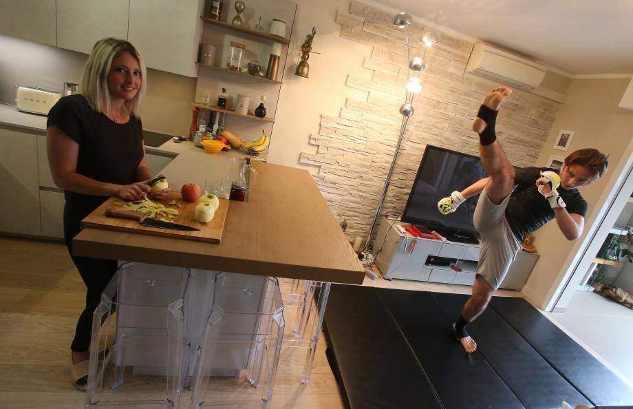 Pendant que Sandra cuisine, son fils Andrea s'entraîne…