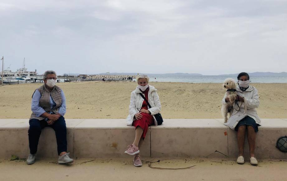 Christine, Renée, Josette et Samy le chien au Lavandou, le 14 mai.