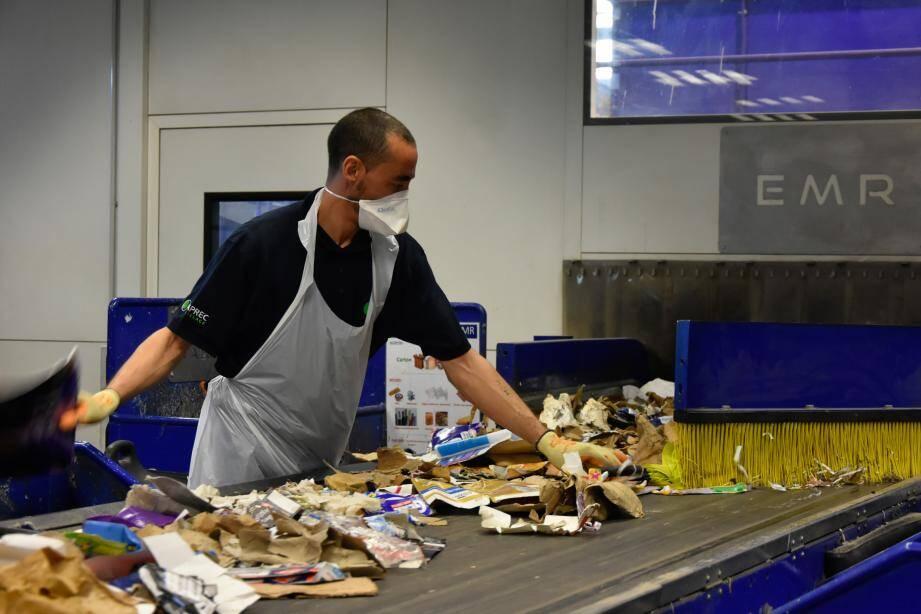 Pourquoi trier nos déchets et faire qu'ils soient valorisés? Si le but premier est de préserver notre planète et de leur éviter l'enfouissement, le recyclage permet aussi de faire fonctionner les nombreuses entreprises de la filière, et de maintenir et créer des emplois.