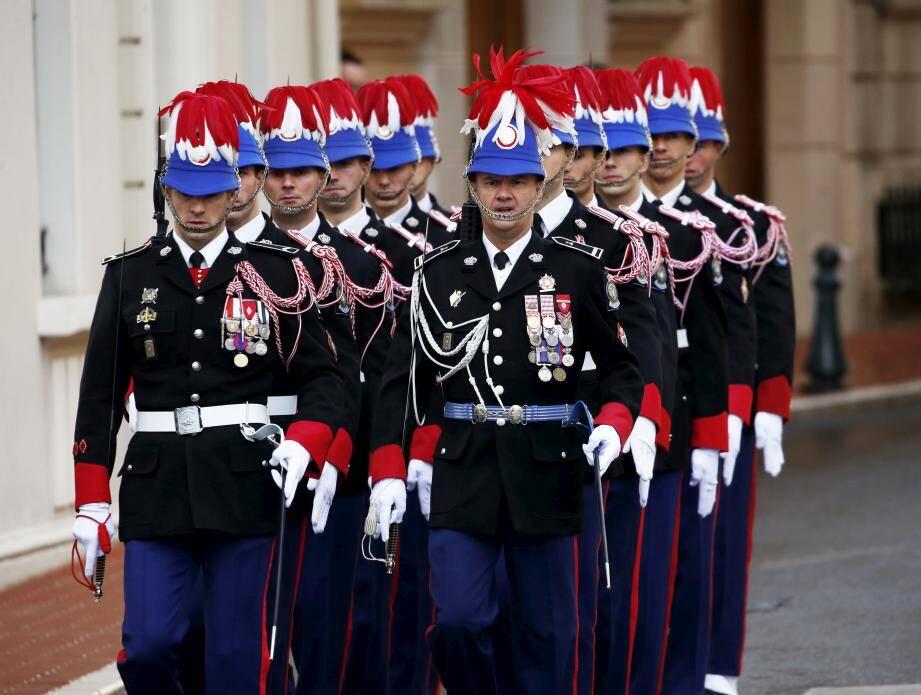 Privés de relève de la garde sur la place du Palais depuis soixante jours, les Carabiniers font actuellement partie des personnes mobilisées pour piquer les résidents, dans le cadre d'une campagne massive de tests sérologiques.