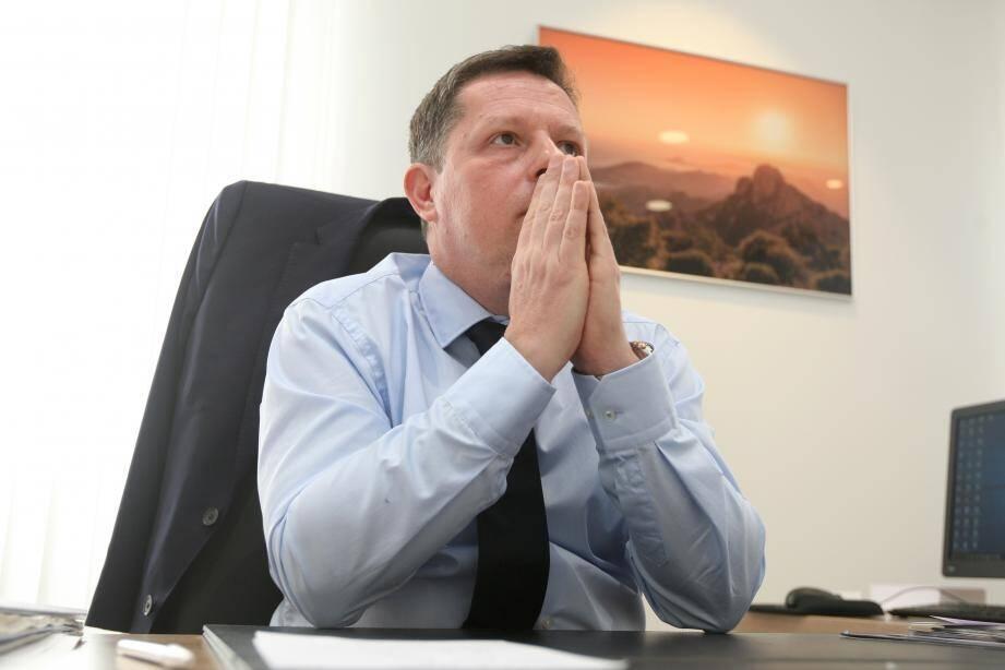 """"""" Rien n'est proposé pour le problème des saisonniers qui ne vont pas être embauchés pendant l'été"""", s'agace le maire de Saint-Raphaël."""