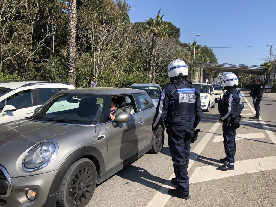 Contrôle d'attestation par la police à La Ciotat, pendant le confinement.
