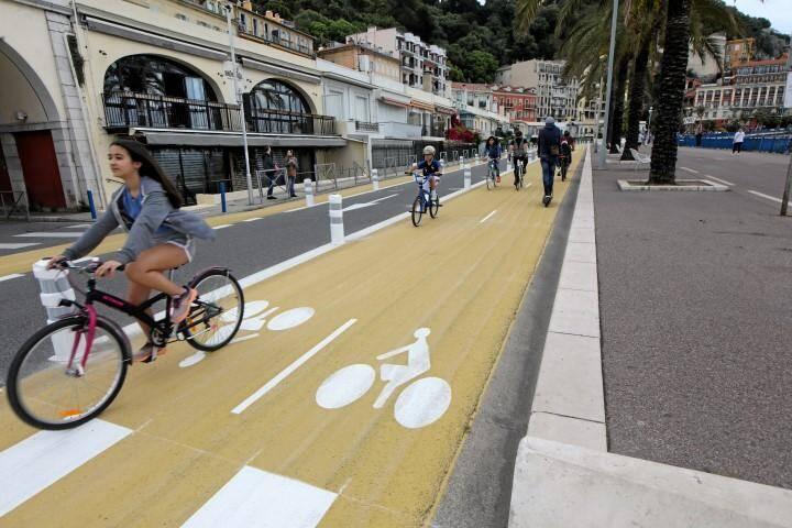 Nouvelle piste cyclable sur la chaussée sur du quai des Etats Unis jusqu'au port.