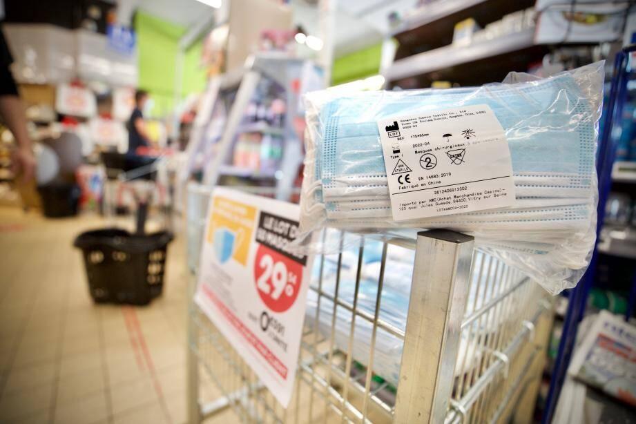 Les supermarchés sont autorisés à vendre des masques. Ici, dans un Casino à Grasse.