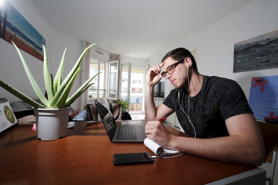 Selon l'Agence nationale pour l'amélioration des conditions de travail (Anact), la moitié de ces télétravailleurs se sentent plus fatigués que d'ordinaire. Près d'un sur deux estime travailler plus (illustration).