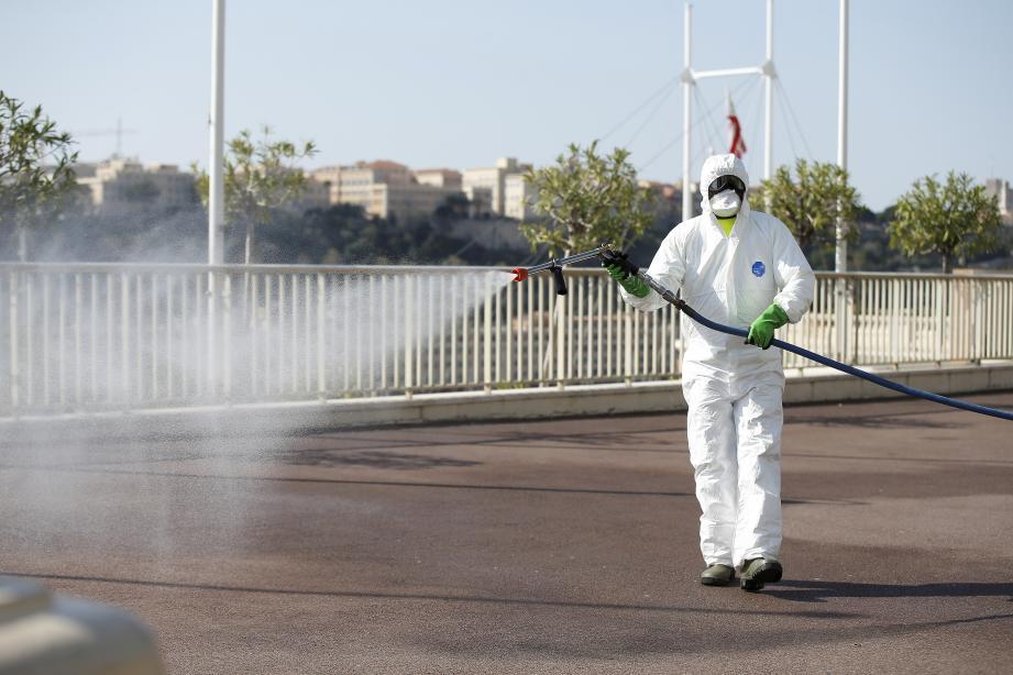 Lundi 6 avril 2020 à Monaco - la Société Monégasque d'Assaissinement procède à la désinfection des rues pour lutter contre la pandémie de covid-19 dans les rues - ici avenue de Monte-Carlo