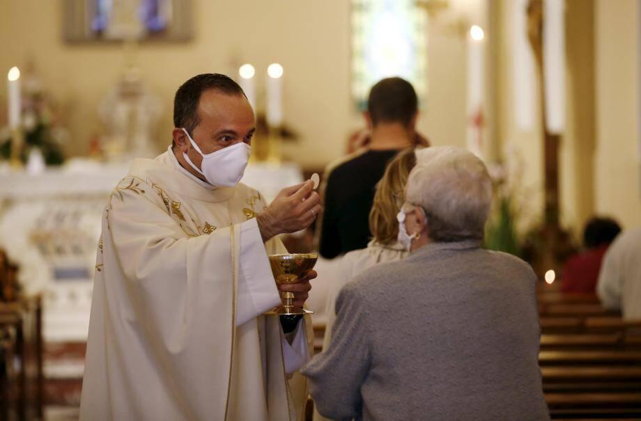 La communion est donnée directement dans les rangs par un prêtre masqué, lequel s'est nettoyé les mains au préalable. L'hostie n'est plus délivrée dans la bouche mais dans la main.