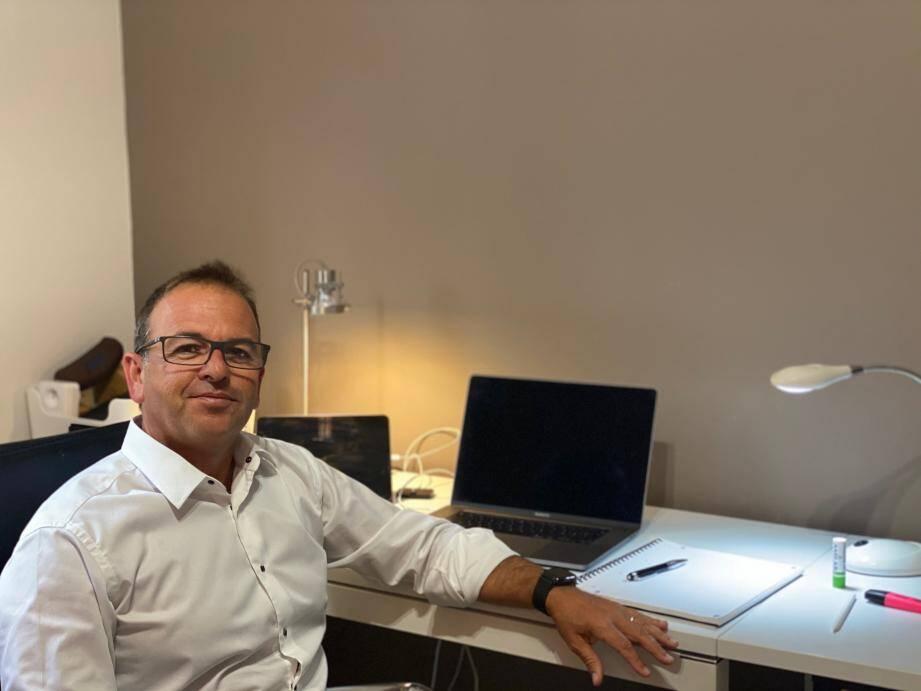Jérôme Ragas, directeur général de Suisscourtage, à son poste de travail, chez lui.
