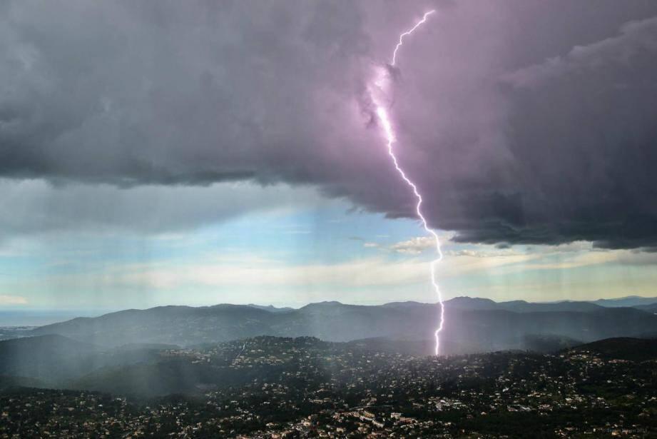 La foudre vue depuis Cabris (photo d'illustration).