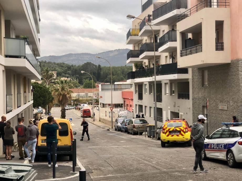 Ce jeudi soir, une opération de police est en cours dans le quartier Saint-Exupéry, proche de la gare de La Seyne, pour un homme menaçant qui s'est retranché à son domicile, prétendant être armé et refusant tout contact.