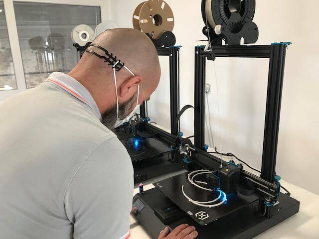 Le groupe Adesim a utilisé ses imprimantes 3D et les compétences de ses ingénieurs à la fabrication de nombreux outils utiles à la reprise d'activité économique.