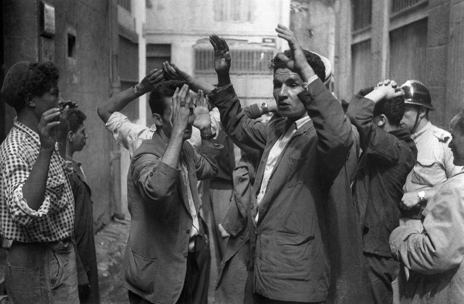 Des suspects algériens sont arrêtés peu après l'explosion d'une bombe dans une rue de Constantine, le 24 août 1955, durant la guerre d'Algérie. Débutée en octobre 1954, la guerre d'Algérie s'est achevée quelques mois après la signature des Accords d'Evian le 18 mars 1962.