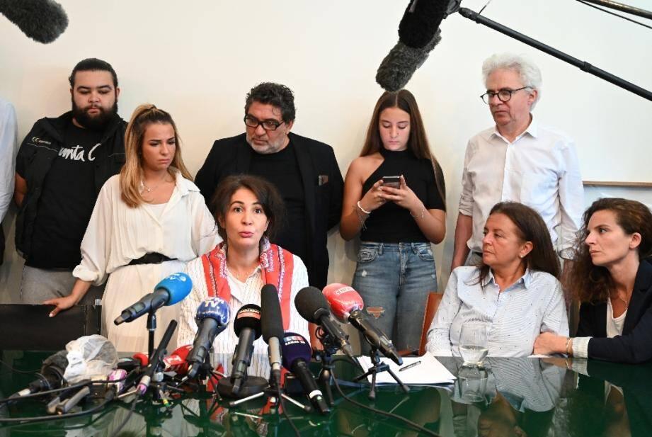 Doria Chouviat (centre), veuve de Cédric Chouviat, lors d'un point de presse à Paris le 23 juin 2020, avec les avocats de la famille Chouviat