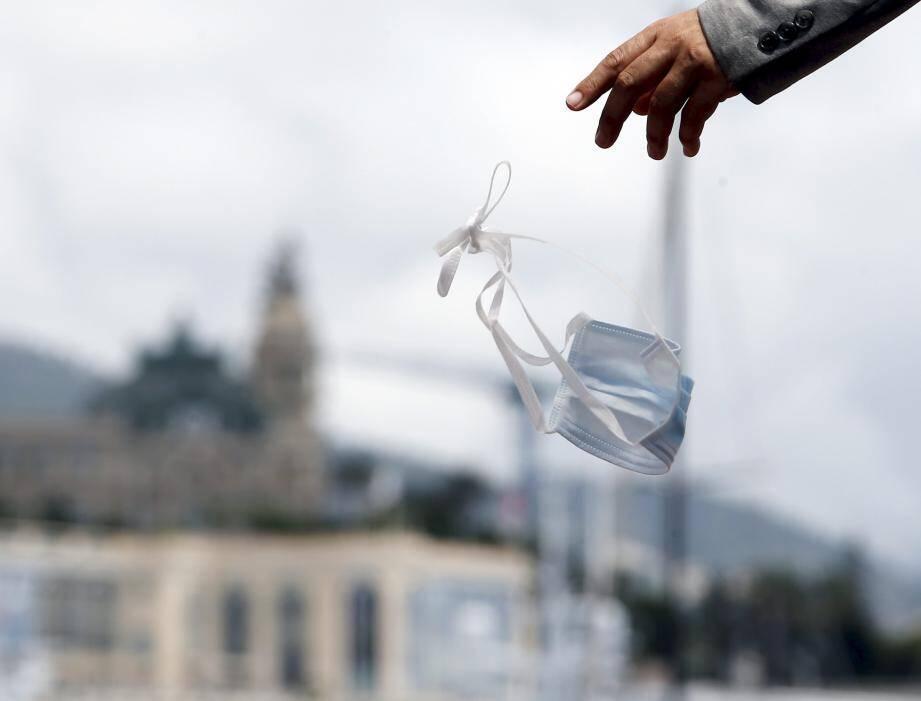 Jeter un masque par terre à Monaco, c'est 300€ d'amende !
