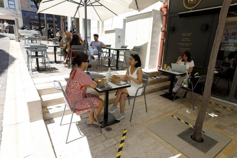 Les terrasses s'allongent sans qu'il en coûte le moindre euro aux restaurateurs.