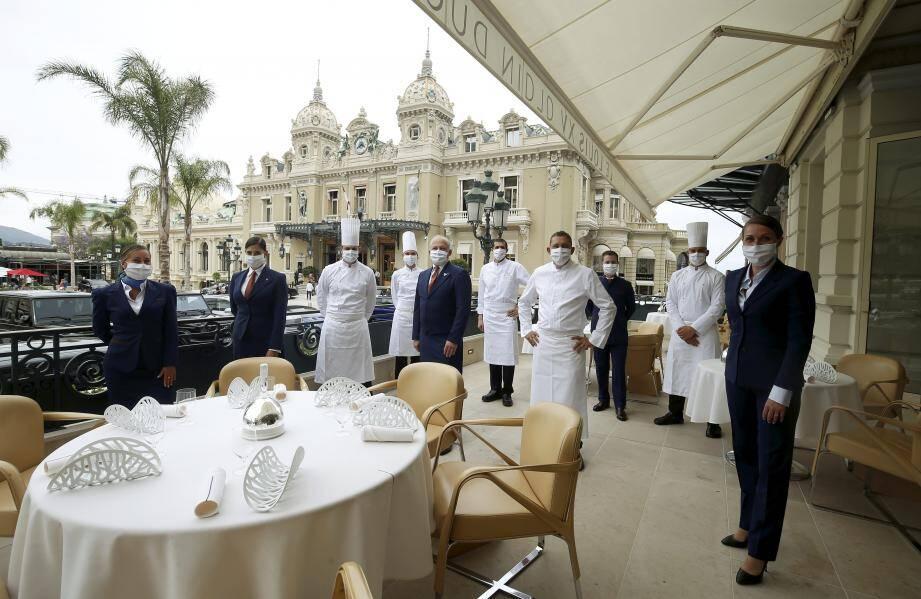 L'équipe du prestigieux restaurant est prête à accueillir ses nouveaux clients.
