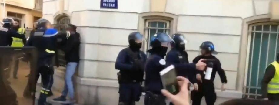 Didier Andrieux filmé en train de frapper un manifestant.
