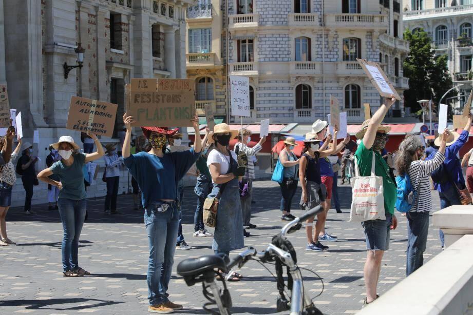 Pancartes en main dans un style flash mob, les membres du collectif ont aussi chanté pour faire passer leurs messages.