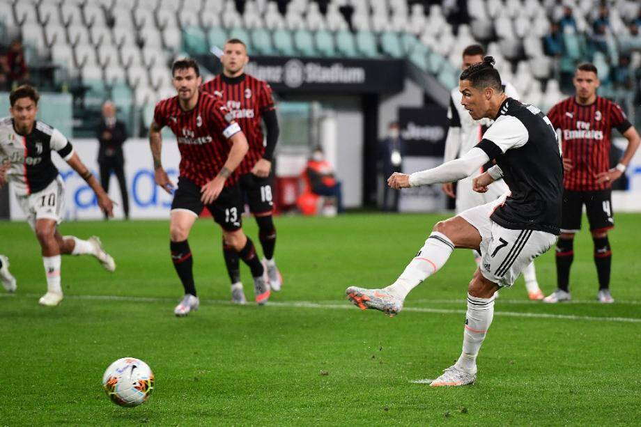 L'attaquant portugais de la Juventus, Cristiano Ronaldo, rate son penalty contre l'AC Milan, en demi-finale retour de la Coupe d'Italie, à Turin, le 12 juin 2020