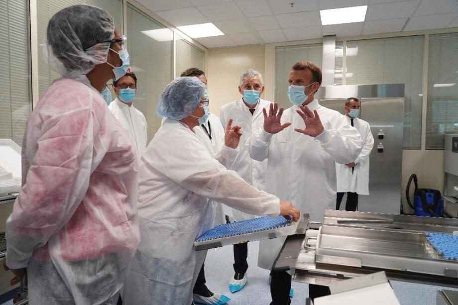 Le président Emmanuel Macron visite le laboratoire de Sanofi-Pasteur à Marcy-l'Etoile, près de Lyon, le 16 juin 2020