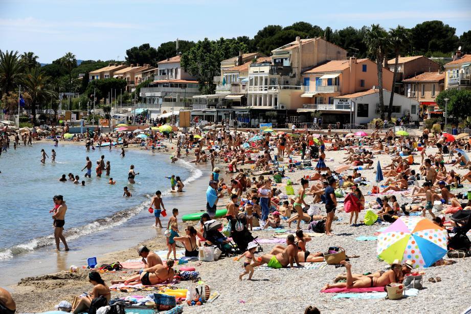 Illustration: la plage des Lecques bondée au début de l'été.