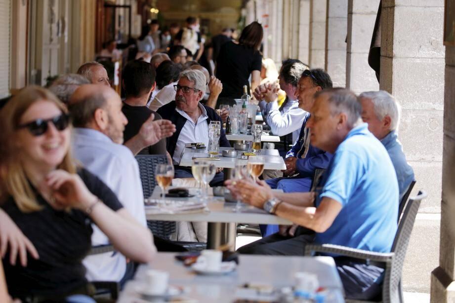 Sous les arcades de la place d'Armes, les tables ont très rapidement trouvées preneurs.
