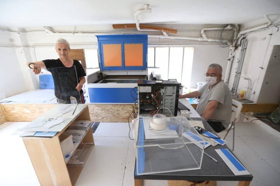 Ci-dessus : Claire Gaillard, au sein de son local de Vallauris Golfe-Juan. En haut à droite : le prototype de séparation mobile pour les tables de restaurant.