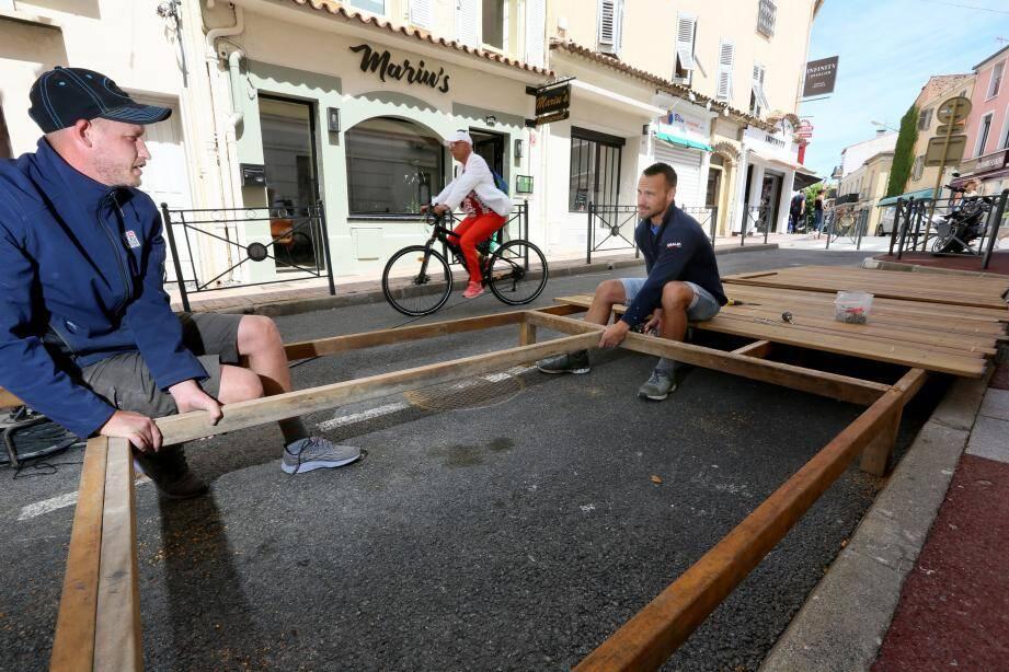 Des terrasses sont mises places devant les restaurants. Les rues d'ordinaire ouvertes aux véhicucles demeurent des voies de circulation pour les secours.
