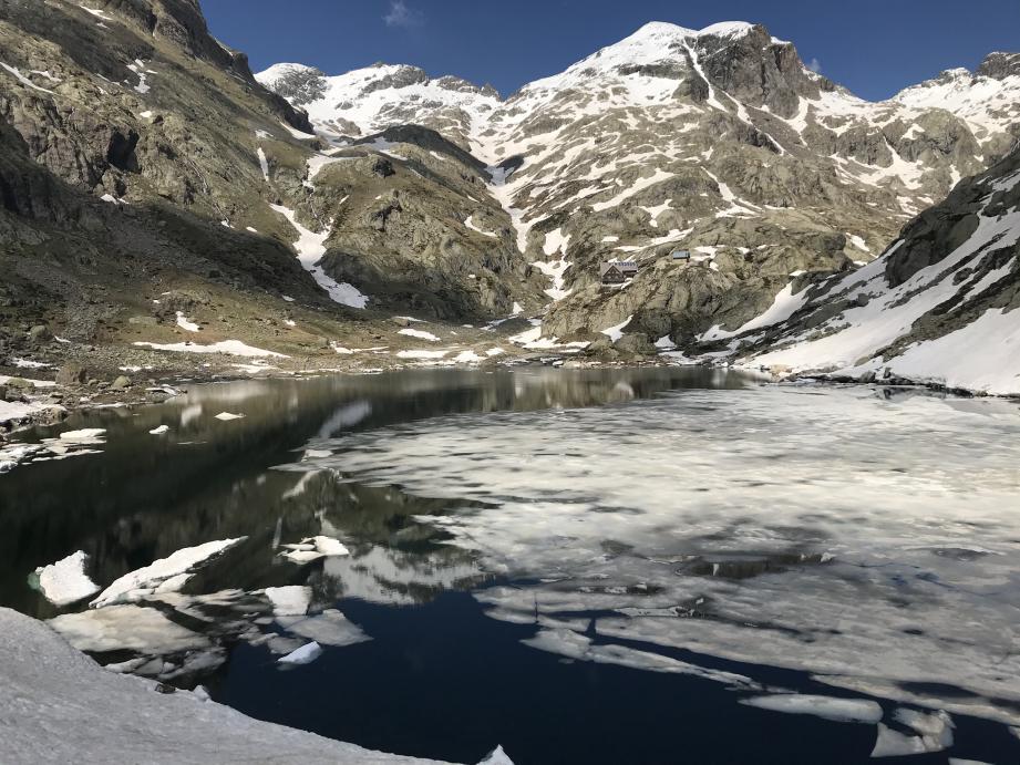 Le refuge de Nice et le lac de la Fous, dans la vallée de la Gordolasque, au mois de mai.