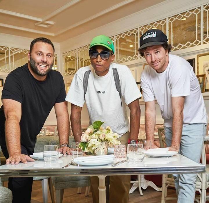 De g. à d.: en compagnie de Dave Grutman, Pharrell Williams et Jean Imbert dans leur restaurant à Miami : Swan.