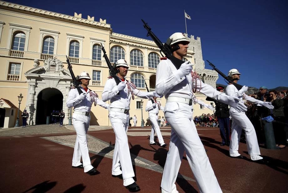 Courue des touristes, la relève de la garde devrait contribuer à la relance de l'économie du Rocher.