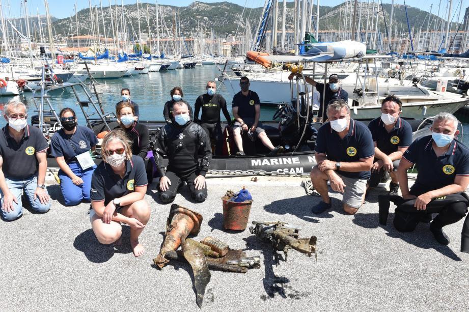 Moteur de bateau, tongs et objets en plastique abandonnés : les plongeurs ont nettoyé les eaux du port ce samedi matin, avant le début de la saison.