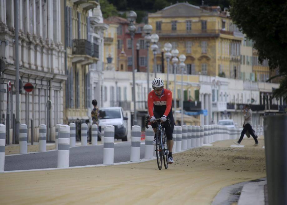 Depuis le déconfinement, il est impossible en venant de l'Ouest de passer par le port de Nice. Seule la circulation Est-ouest est maintenue. Une nouvelle piste cyclable a vu le jour.