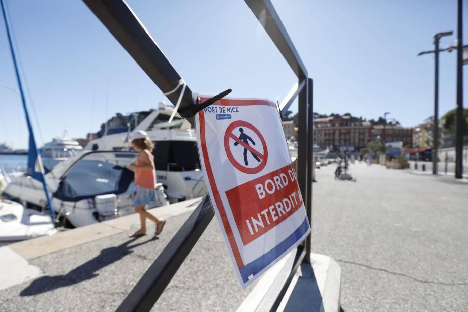 Si les rubalises ont été enlevées hier, en revanche, demeurent les affichettes interdisant de s'asseoir et de se promener en bord de quais.