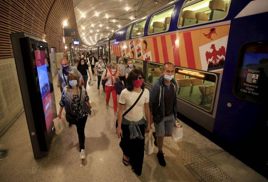 Le matin, aux heures de pointe, on est loin de la foule des grands jours à la sortie du train.