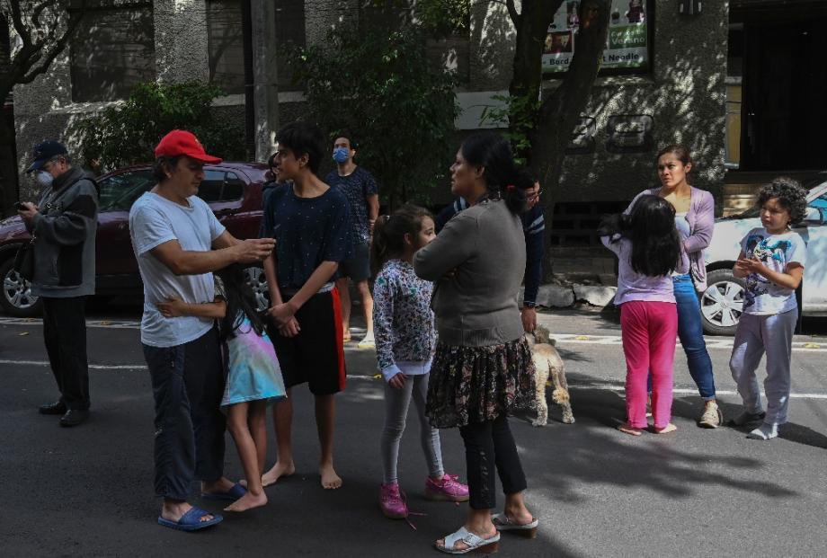 Des gens attendent dans la rue à Mexico après un séisme, le 23 juin 2020