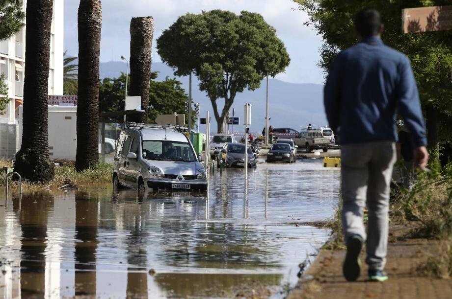 Des voitures emportées par une inondation à Ajaccio, le 11 juin 2020